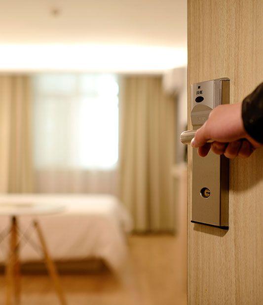 Hyrbil och hotell